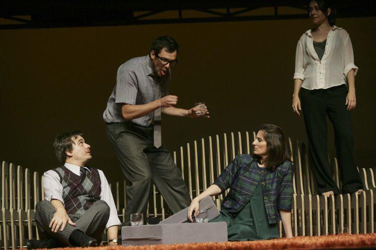 Fred (Sergio Guizé) provoca o casal Lucinda (Patricia Pichamone) e Edgar (Luciano Gatti)