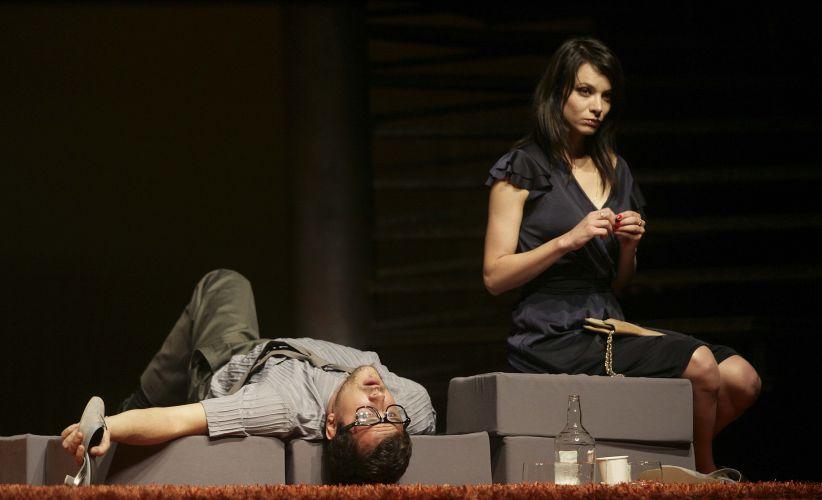 Fred (Sergio Guizé) e Carol (Carolina Manica) passam por ressaca após mútuas provocações