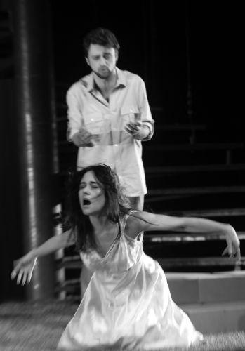 Sam (Guilherme Gorski) observa Jo (Alessandra Negrini)