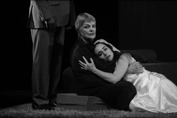 """Elizabeth, """"A Senhora de Dubuque"""" (Karin Rodrigues), conforta Jo (Alessandra Negrini), de quem diz s"""