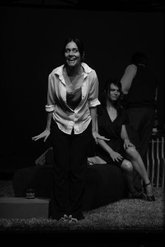 """Jo (Alessandra Negrini) diverte-se no início do espetáculo """"A Senhora de Dubuque"""
