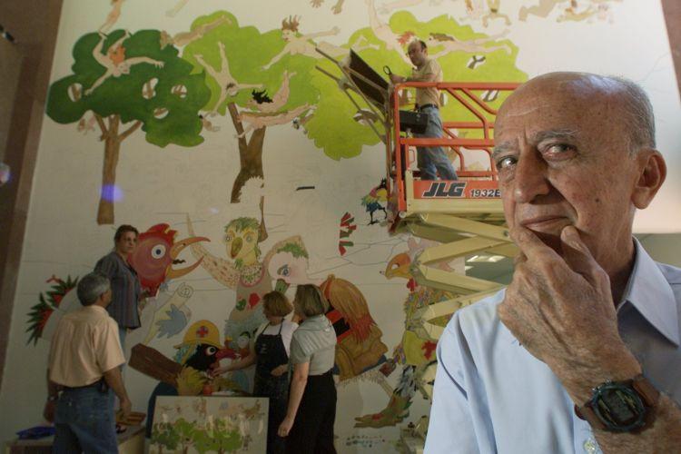 Millôr Fernandes junto a painel que idealizou para parede do Laboratório Fleury