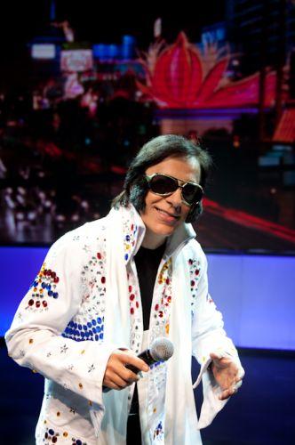 Tom Cavalcante imita Elvis Presley no espetáculo
