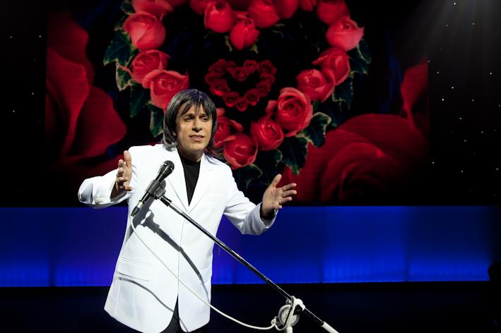 Tom Cavalcante faz sua clássica imitação de Roberto Carlos no espetáculo