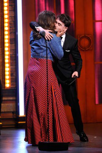 Daniel Radcliffe entrega o prêmio de melhor atriz a Frances McDormand na edição 2011 do Tony Awards, em Nova York. A atriz protagonizou a peça