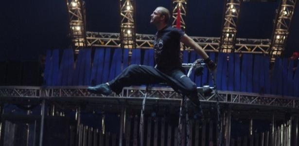 Integrante do Cirque du Soleil treina com a roda que faz parte da atração German Wheel, criada a partir de um exercício alemão de ginástica, no Parque Villa Lobos, em São Paulo (17/02/2010)