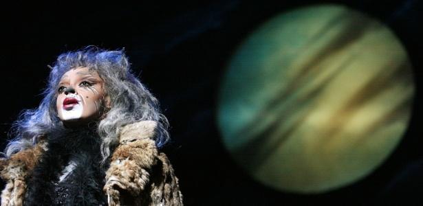 """Paula Lima interpreta a gata Grizabella na versão brasileira do musical """"Cats"""", encenada no Teatro Abril, em São Paulo (24/02/2010)"""