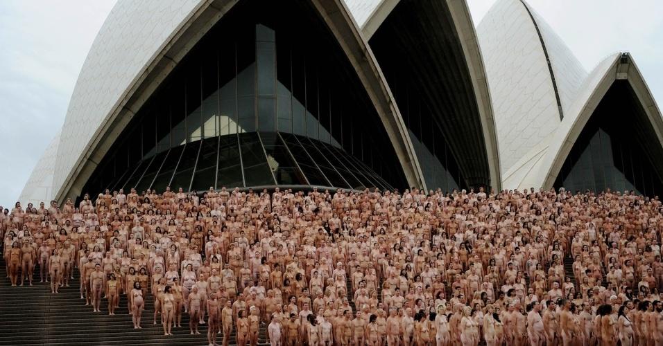 """Mais de 5 mil voluntários posam nus para o fotógrafo americano Spencer Tunick diante da Ópera de Sydney, na Austrália, em evento batizado como """"The base"""" (1º/3/2010)"""