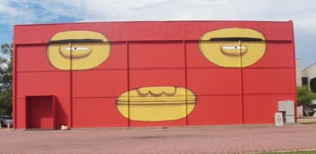 """Dupla osgemeos pintou faces externas do Pavilhão de Vidro do CCBB-Brasília, que recebe a mostra """"Vertigem"""" de 2 de março a 16 de maio de 2010"""
