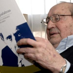 """Miguel Delibes observa o livro """"Luces, trazos y palabras"""", uma homenagem artística e literária feita ao escritor de Valladolid (16/10/2007) - Nacho Gallego/Efe"""