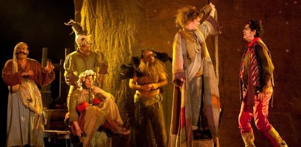 """Cena da peça teatral """"Till, a Saga de um Herói Torto"""", da companhia mineira Grupo Galpão, que abriu a programação da 19ª edição do Festival de Teatro de Curitiba"""