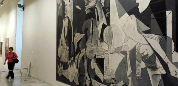 """Quadro """"Guernica"""", do artista Pablo Picasso, é visto no Museu Rainha Sofia, em Madri, Espanha (12/04/2006) - Pedro Armestre/AFP"""