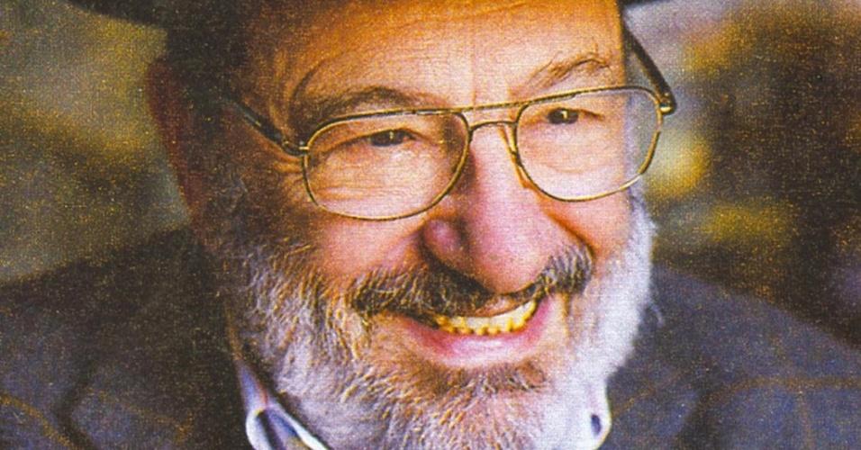 O romancista italiano Umberto Eco posa para foto em Milão, Itália