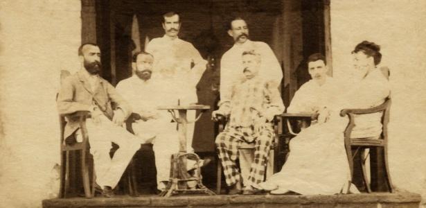 Foto do início dos anos 1880 mostra o poeta Arthur Rimbaud (segundo, da dir. para esq.) sentado em meio a um grupo de sete pessoas no terraço do Hotel Universo de Áden, no Iêmen - AFP