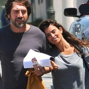 Penélope Cruz e Javier Bardem passeiam por Los Angeles após levarem cachorro ao veterinário (24/04/2010)