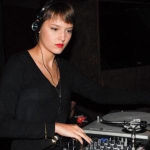 Mallu Magalhães, cantora, apresenta-se como DJ no clube noturno Lions, em São Paulo