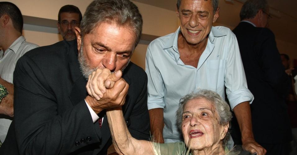 O presidente Luiz Inácio Lula da Silva cumprimenta dona Maria Amélia Buarque de Holanda, mãe do cantor Chico Buarque, que completa 100 anos