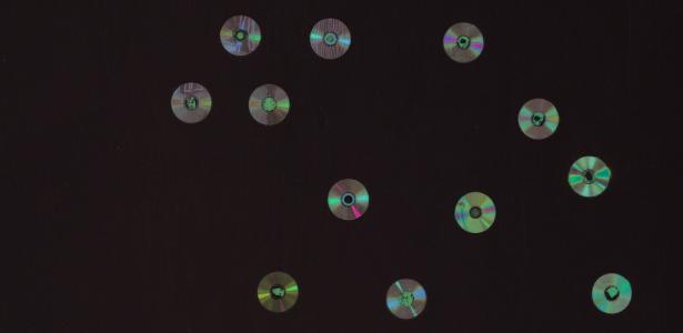 """Detalhe da obra """"O Primeiro Segredo"""" (carvão, CDs e ouro; 160 x 200 cm; 2001), que faz parte da mostra """"Segredos"""" - Divulgação"""
