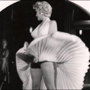 Fotos de famosos, como esta de Marilyn Monroe, integram a mostra na galeria Tate Modern - Weegee (Arthur H. Fellig)/BBC Brasil