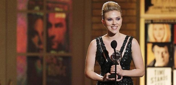 Scarlett Johansson recebe o prêmio de Melhor Atriz Convidada pela peça