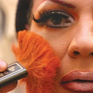 """O ex-BBB Dicesar como a drag queen Dimmy Kier; foto faz parte da mostra """"Rainhas e Dragões"""" - Amanda Perobelli/Divulgação"""