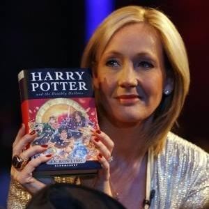 """J. K. Rowling durante o lançamento do último livro da saga """"Harry Potter, """"Relíquias da Morte"""""""" - Divulgação"""