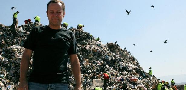 """Vik Muniz em foto do filme """"Lixo Extraordinário"""", dirigido por Lucy Walker, João Jardim e Karen Harley - Vik Muniz Studio / EFE"""