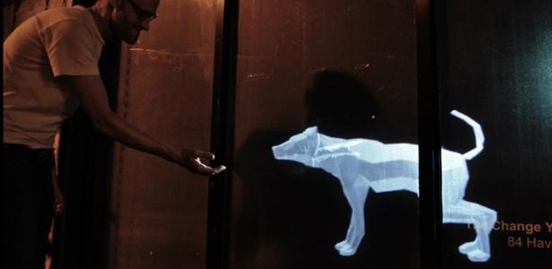 """Em """"Sniff"""", um cão virtual reage de acordo com os movimentos de quem passa na calçada - Divulgação/Cortesia FILE"""