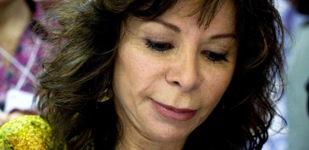 A escritora Isabel Allende autografa livros na Flip (05/08/2010) - Leandro Moraes / UOL