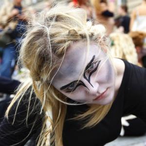 Mulher faz performance no dia de abertura do festival Fringe, em Edimburgo, na Escócia (06/08/2010)