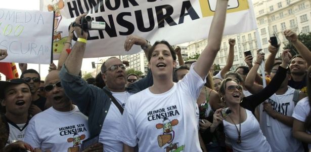 "O humorista Fabio Porchat, ao centro, lidera a passeata ""Humor Sem Censura"" no Rio de Janeiro (22/08/2010) - AP"