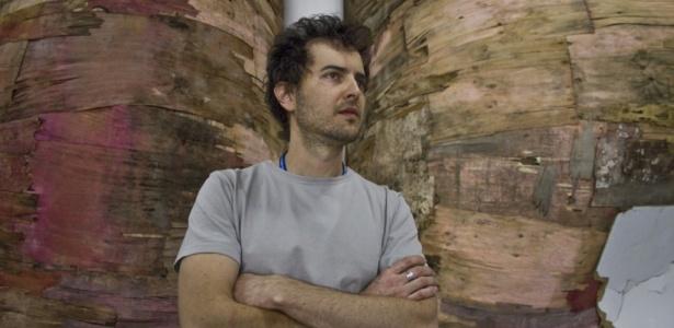 O artista paulista Henrique Oliveira, 37, um dos estreantes da Bienal em sua 29ª edição