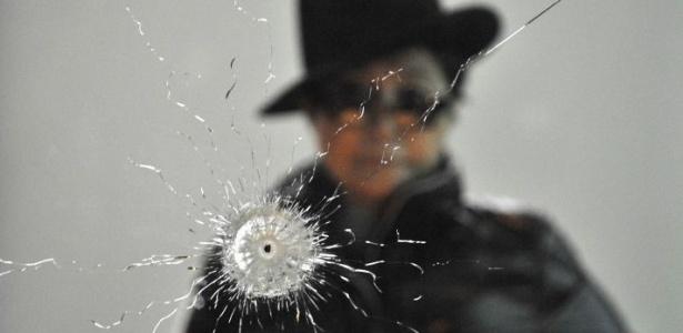 """Yoko Ono junto à instalação """"Um Buraco"""", parte da mostra """"Das Gift"""" em Berlim (10/09/2010) - John MacDougall / AFP"""