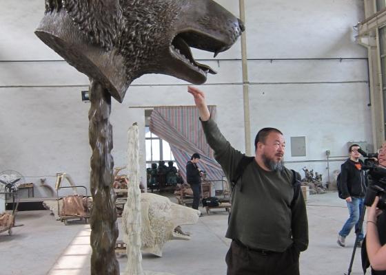 O artista chinês Ai Weiwei ao lado de uma de suas obras exibidas na 29ª Bienal de São Paulo