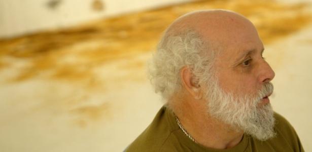 O artista Artur Barrio durante entrevista na Vila Madalena, em São Paulo (SP) (31/05/2005) - Flávio Florido / Folhapress