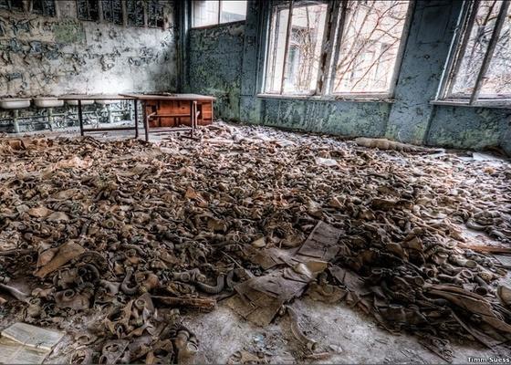 """Sala de aulas repleta de máscaras anti-gás em Chernobyl é uma das fotografias feitas pelo """"explorador urbano"""" Timm Suess  - Timm Suess / BBC Brasil"""