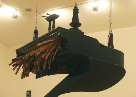 """Instalação com """"vísceras"""" do piano, de autoria da artista alemã Rebecca Horn; obra está no Centro Cultural Banco do Brasil de São Paulo apenas até este domingo (3) - Fernando Rabelo / UOL"""