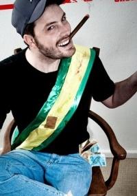 Danilo Gentili em cartaz do show Politicamente Incorreto