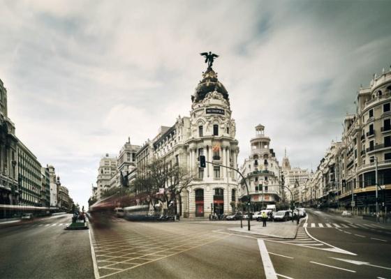"""Em seus trabalhos, Fernando Manso procurou valorizar a luz, as nuvens e a névoa de Madri; no centro da foto, o """"Metrópolis"""", um dos prédios da capital espanhola - Fernando Manso / Cortesia Instituto Cervantes"""