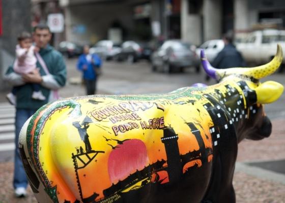 """Vaca """"Bochincho no Galpão do Cowpadre"""", de Amilton Peres Ferrão, é exibida na praça da Alfândega, em Porto Alegre (08/10/2010) - Flávio Dutra / UOL"""