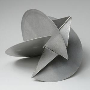 """Escultura em alumínio """"Bicho em Si"""" (1962), da artista brasileira Lygia Clark - Reprodução / www.fiac.com"""