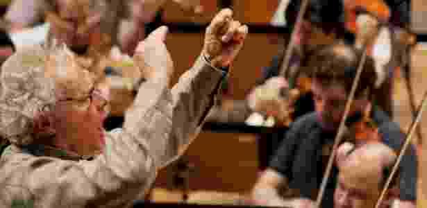 O regente Yan Pascal Tortelier em ensaio da Osesp na sala São Paulo, praça Júlio Prestes (20/10/2010) - Karime Xavier/Folhapress