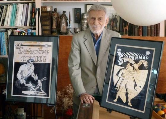 Jerry Robinson posa ao lado de duas capas raras de HQs que serão leiloadas - AP / ComicConnect.com
