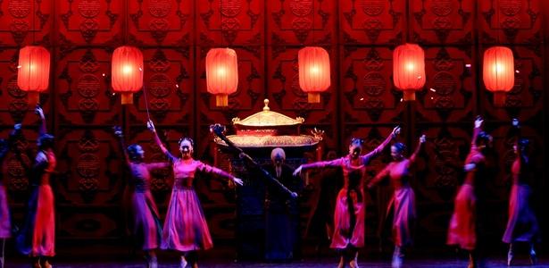 """Em São Paulo, dançarinos da companhia ensaiam """"Lanternas Vermelhas"""", coreografia apresentada na turnê brasileira do balé estatal chinês (10/11/2010) - Flávio Florido / UOL"""