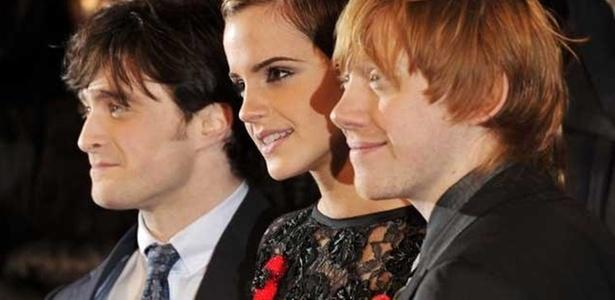 Da esq. para a dir., Daniel Radcliffe, Emma Watson e Rupert Grint participam da première do sétimo filme ''Harry Potter'' (11/11/2010)