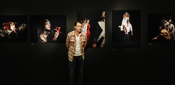 """Antonio Banderas posa à frente de fotografias da mostra """"Segredos Sobre Preto"""" (11/11/2010) - Dominique Fage / AFP"""