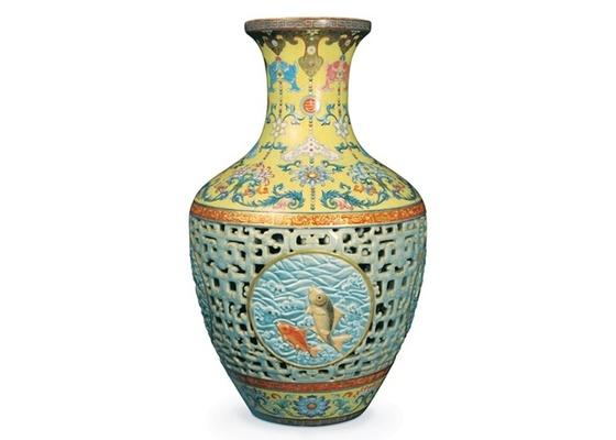 """O vaso chinês do século 18, que foi encontrado durante uma limpeza em uma casa no Reino Unido e vendido por quase R$ 120 mi - Bainbridge""""s / AFP"""