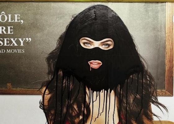 Princess Hijab, artista, vem desde 2006 pintando véus integrais, que muitas vezes lembram os muçulmanos, em painéis publicitários no metrô da capital francesa, Paris, como o acima, que mostra a modelo Megan Fox com véu  - Cortesia Princess Hijab / BBC