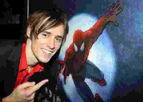 """Reeve Carney, que interpreta Peter Parker no espetáculo """"Spider-Man: Turn Off the Dark"""": em uma das principais cenas, ator ficou pendurado alguns metros acima do público - Bruce Glikas/AP/O&M Co."""