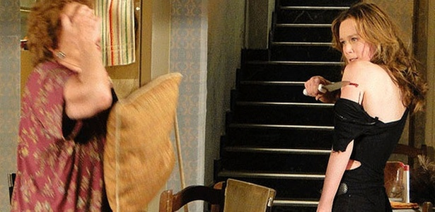 Clara (Mariana Ximenes) se machuca com uma faca em